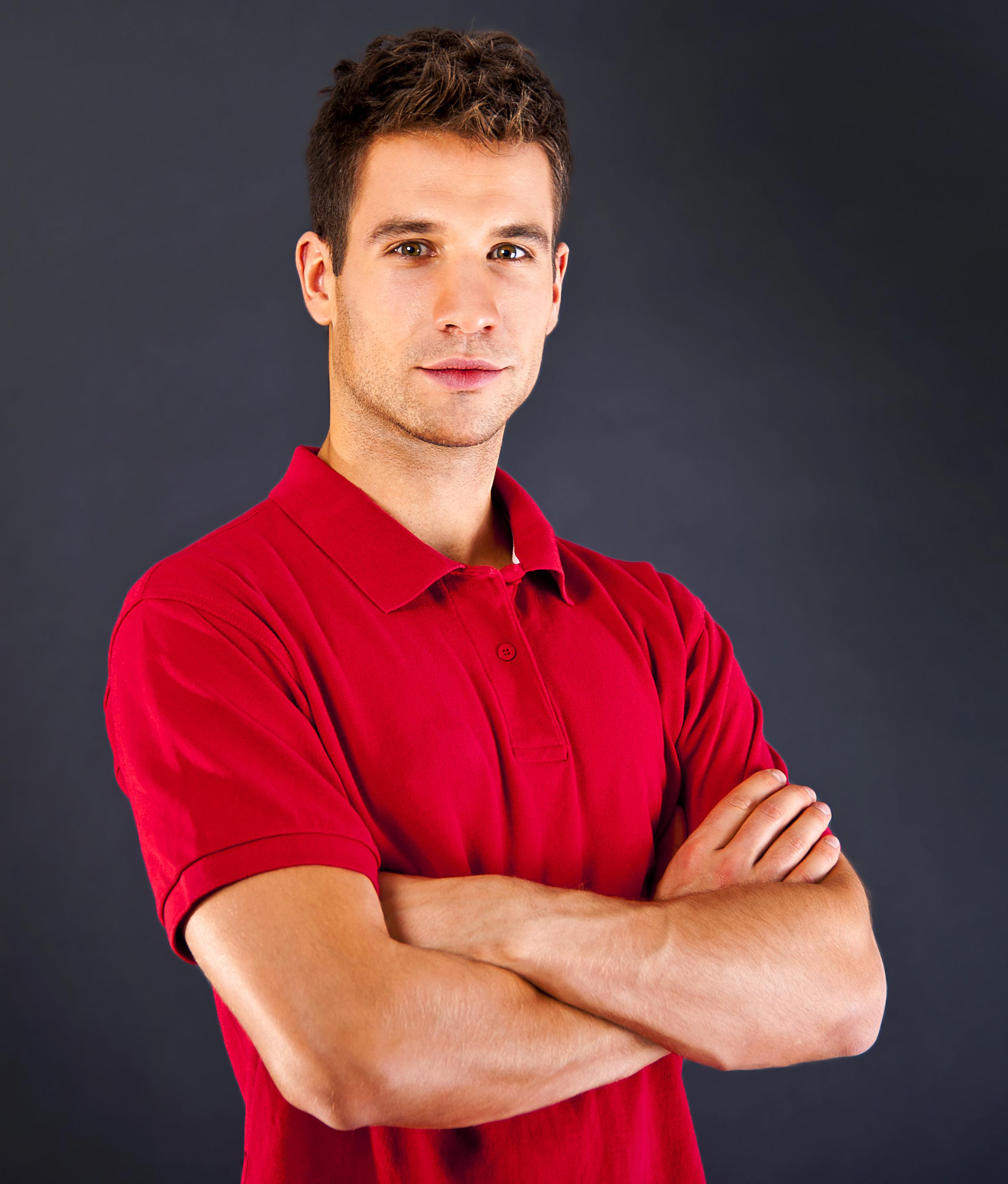 Muž v červeném triku