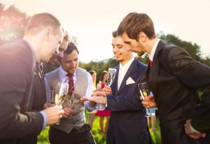 Mužští hosté na svatbě